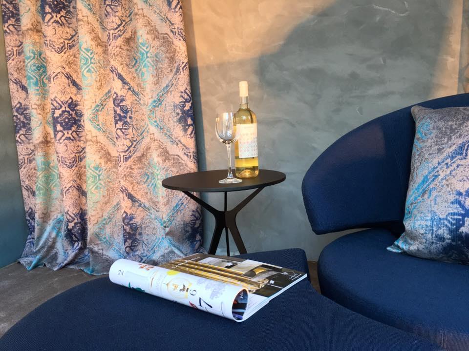 """Gemütlich auf unserem Sessel """"Trick"""" ein Glas Wein genießen? Kein Problem."""