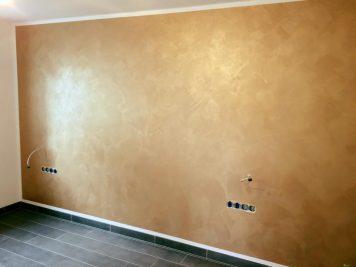 Im matten Gold schimmert unsere italienische Lasur - eine absolut glamouröse wie auch sinnliche Wandgestaltung.