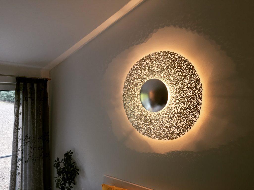 Unsere exklusive Wandleuchte zaubert ein unglaubliches Lichtspiel an die Wand. Trebes Raumausstattung  Lichtenfels Kulmbach Kronach