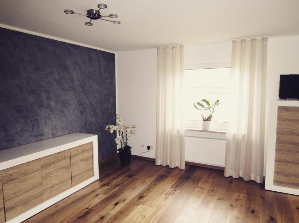 Eine Wandgestaltung als exklusiver Eye-Catcher. Ausdrucksstark in Schiefer-Optik fügt sich die Wandfläche schön in die natürliche Ausstrahlung des Wohnzimmers ein.