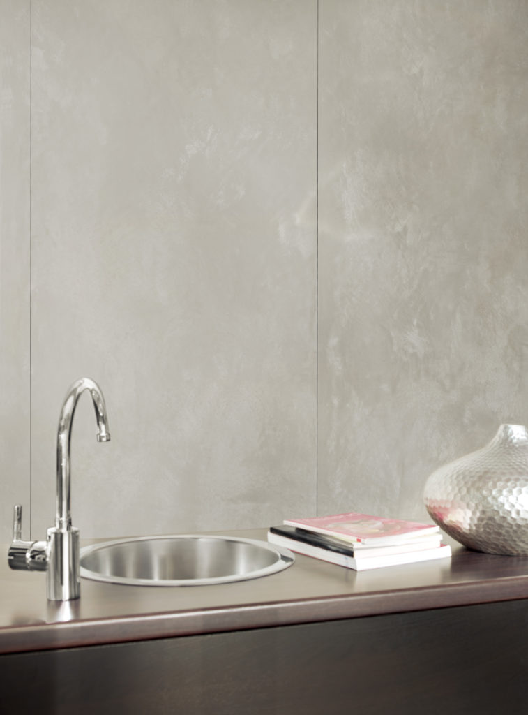 Wandgestaltung in Betonoptik funktioniert auch in der Küche oder im Bad. Wir behandeln die Flächen so, dass Spritzwasser keine Flecken hinterlassen kann.