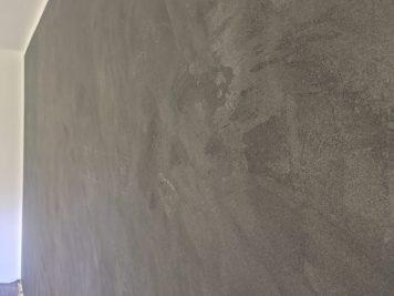 Die raue Oberfläche der Betonwand wirkt besonders interessant und verleiht dem Raum einen eigenen Charakter.