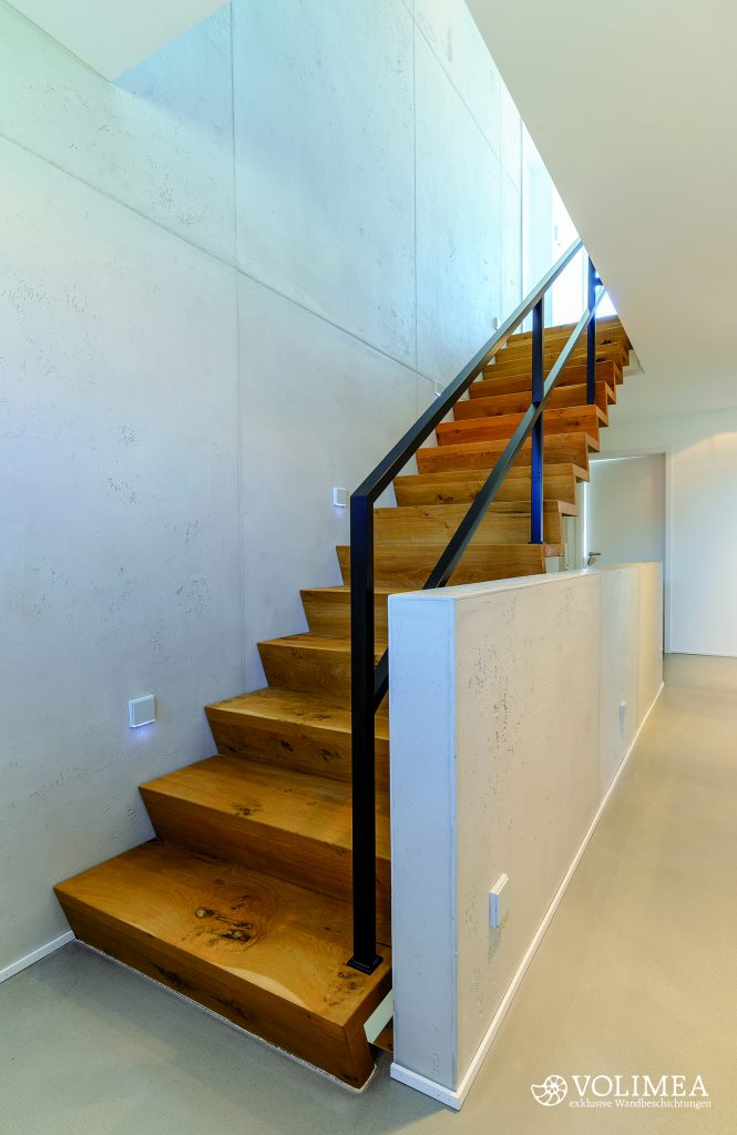 Betonwand als Treppenaufgang ein echter Hingucker. Durch die Gestaltung mit Fugen wirkt die Fläche kompakter und interessanter.