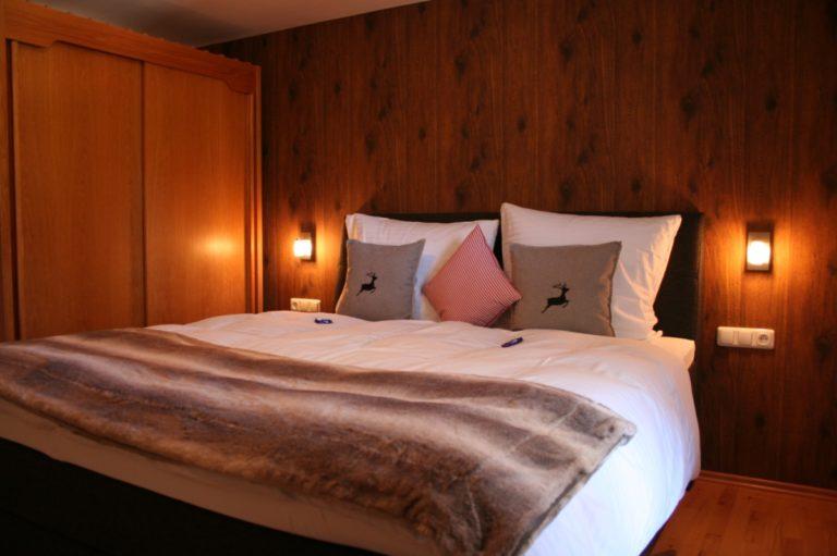 Ein Schlafzimmer der Ferienwohnung im Landhaus Math mit unserer Tapete in Holzdielenoptik