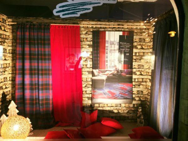 Tapete in Holzoptik und wärmedämmende Stoffe sorgen zuhause für Gemütlichkeit und Wärme