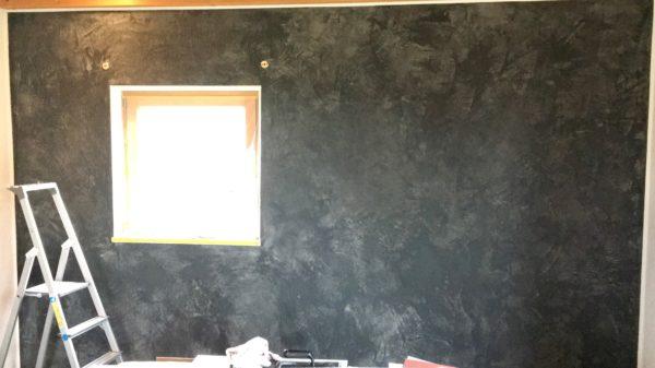 Lebhaft, etwas derber, wie natürlich gealtert. Eine Wandgestaltung als Einzelstück, durch reine Handarbeit und liebe zum Detail. Dazu noch komplett natürlich aus Kalk und Marmor.