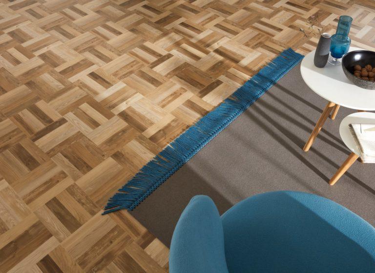 Ein robuster Vinyl-Designbelag in Parkettoptik sorgt für natürliche Atmosphäre daheim. Der abgepasste Teppich aus Filz sorgt für Gemütlichkeit.