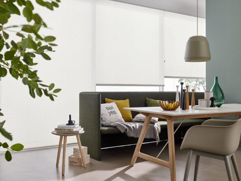 Moderne Faltstores und Plissees als Sichtschutz und Sonnenschutz im Esszimmer
