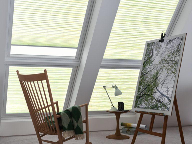 Auch perfekt für Dachfenster: Plissees sind für Dachschrägen ein guter Sonnenschutz und regulieren das einfallende Sonnenlicht perfekt