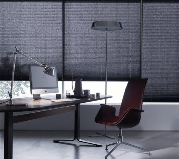 Im Büro oder Homeoffice können Faltstores helfen, dass man auch bei sonnigen Tagen noch entspannt am Bildschirm arbeiten kann