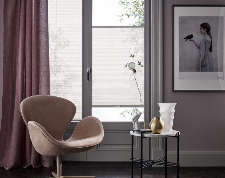 Frei verschiebbar sind die transparenten Faltstores immer ein guter Helfer um das Sonnenlicht im Wohnzimmer zu regulieren