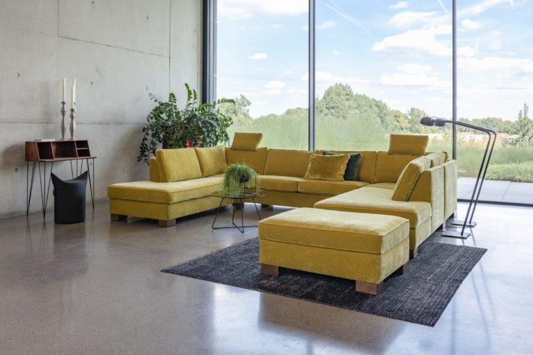 """Wer mehr Platz braucht, ob für die große Familie oder die vielen Freunde, wird mit einer großen Sofalandschaft glücklich. Mit einem unserer """"unfleckbaren"""" Stoffe ist Ihr neues Sofa auch hohen Beanspruchungen gewachsen."""