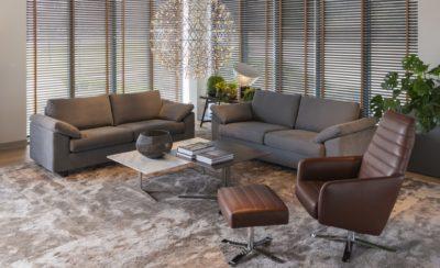 Wunschsofa individuell gefertigt - Zweisitzer mit Stoffbezug im Wohnzimmer