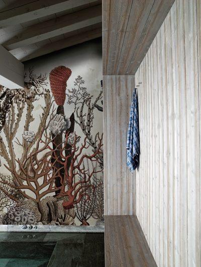 Duschen im Korallenriff ist mit diesem Tapetenmotiv im Bad gar kein Problem.