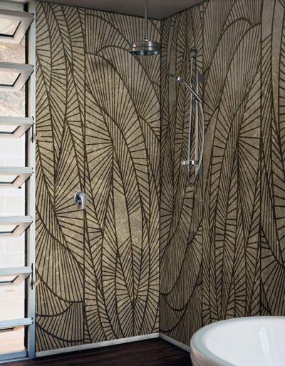 Natürliche Wandgestaltung und er Dusche. Das Motiv macht gute Laune.
