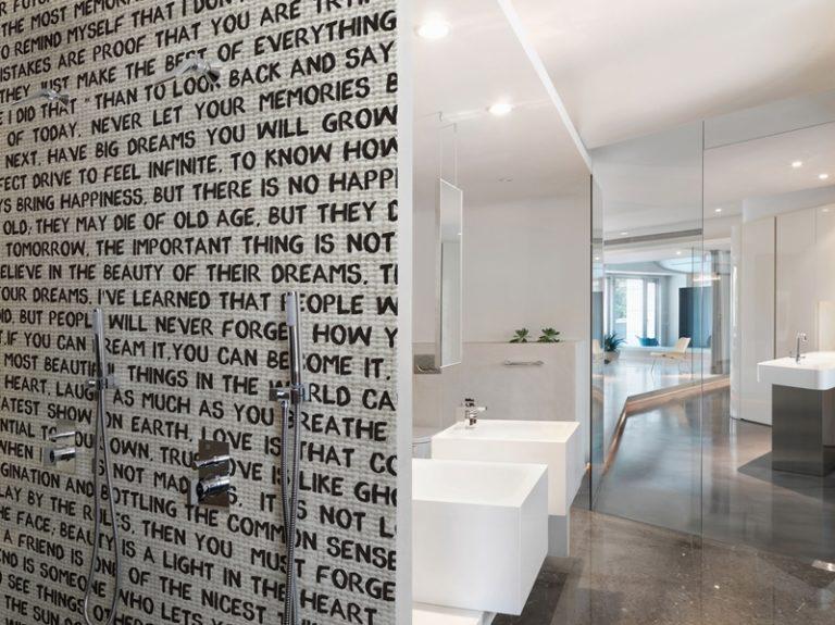 Das Morgen-Mantra in der Dusche. Mit unseren Design Tapete gar kein Problem. Farblich lässt sich alles aufeinander abstimmen.