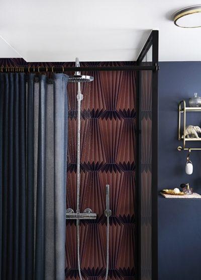 Moderne Farbgebung und einzigartiges Tapeten-Motiv in der Dusche. Auch mit kleinen tapezierten Flächen kann man Akzente setzen.