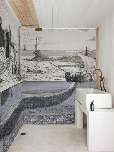 Für Seefahrer oder deren Fans ist diese Tapete in der Dusche wie ein kleiner Ausflug aufs Meer.