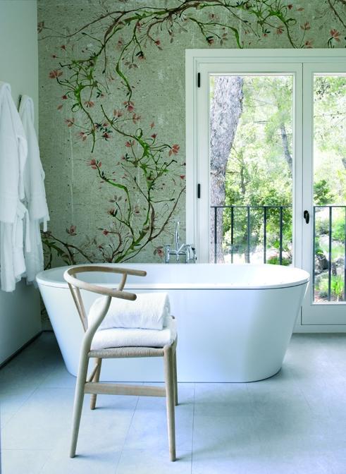 Moderner Landhausstil auch im Bad. Mit dem romantischen Tapetenmotiv.