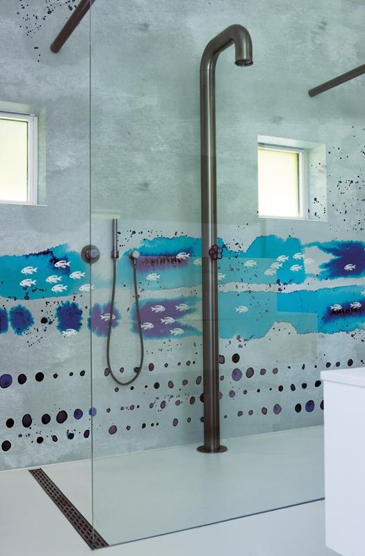 Die Tapete zaubert eine einzigartige Atmosphäre in der Dusche.