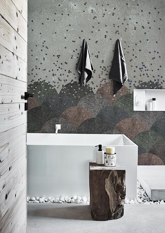 Schöner Kontrast zur weißen Badewanne ist diese Tapete mit Sockelmotiv.