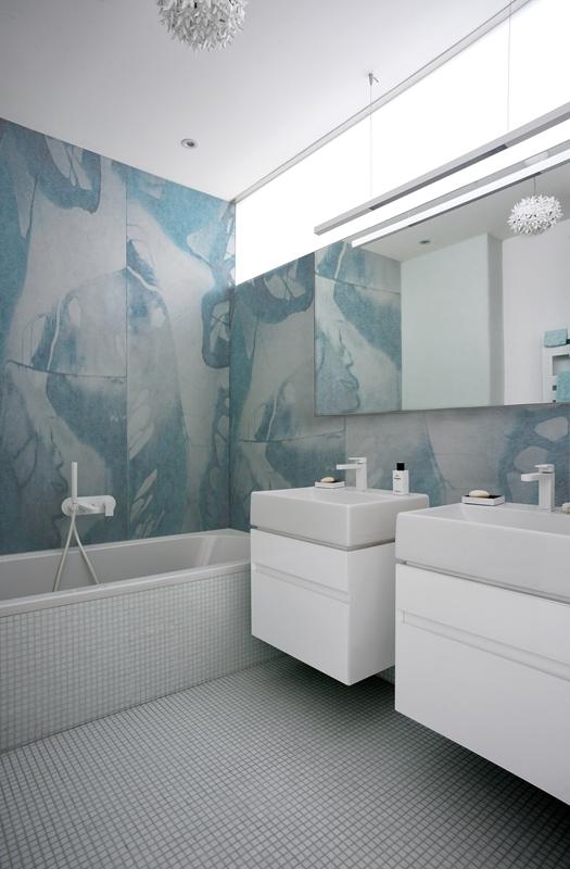 Ein weißes Bad braucht farbige Akzente. Das frische Petroleum in der Tapete machen es zum frischen, belebenden Spa.