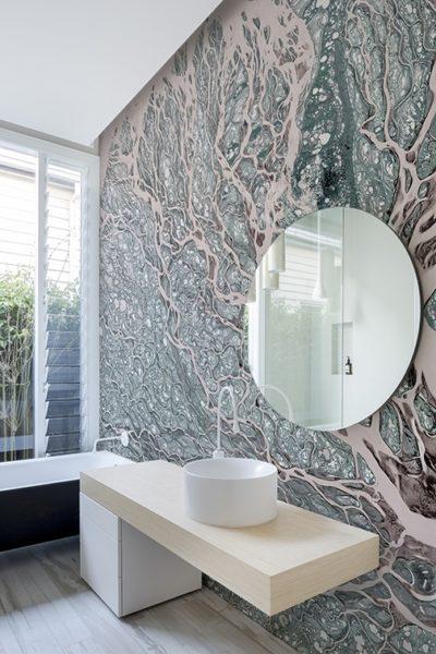 Organische Muster beleben jede Wand. Die Tapete macht das Bad zum Highlight.