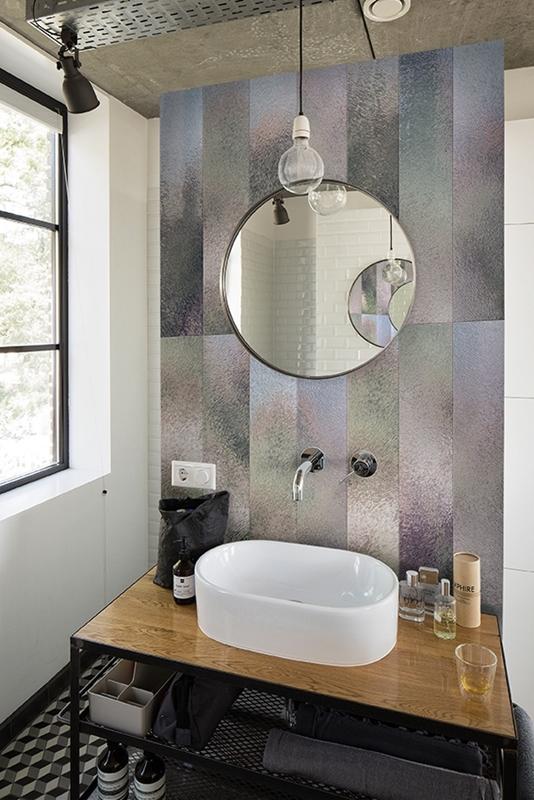 Metallische Muster hinter dem Waschbecken. Das Finish der Tapete macht sie unempfindlich gegen Spritzer.
