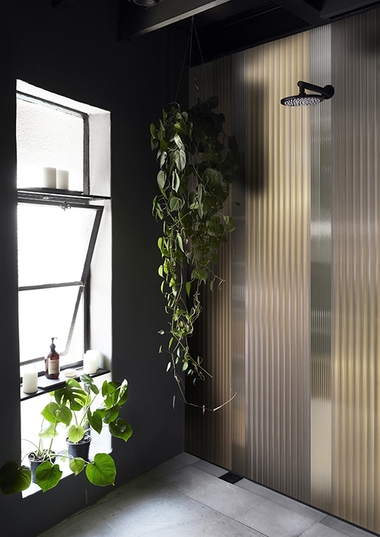 Warum nicht etwas Grün in der Dusche? Mit den richtigen Pflanzen in Kombination zu unserer wunderschönen Tapete wird jeder Duschgang ein Wellness-Trip.