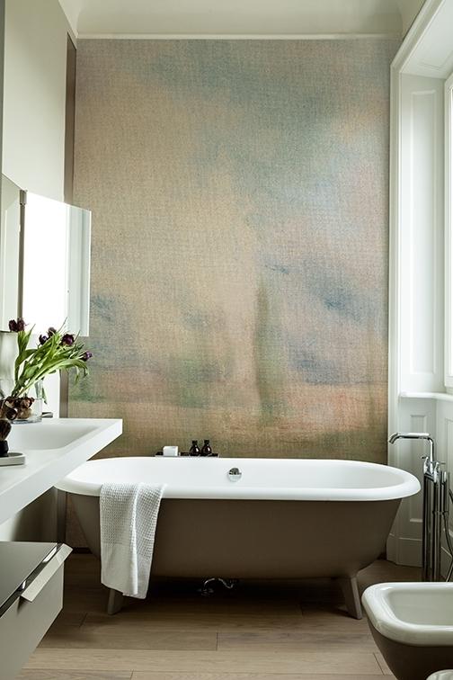 Die dezenten, natürlichen Töne der Tapete verleihen dem Badezimmer eine Beruhigende Atmosphäre.