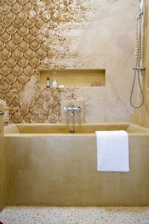 Ein königliches Bad wie aus einer anderen Zeit, dank der Tapete in Vintage Optik und Gold-Tönen.