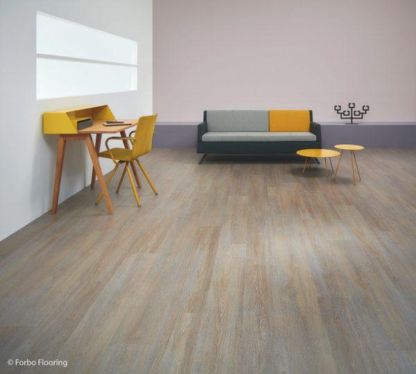 Eine lebhafte Fläche in der Optik von verwitterten Holz ist ein schöner Kontrast zu einer modernen Einrichtung.