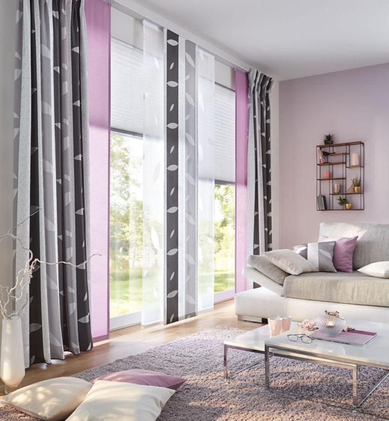 Tiefe, warme Farben sorgen für ein gemütliches Ambiente im Wohnzimmer. Auch in der Wandfarbe können sich die Farben der Stoffe wiederfinden.