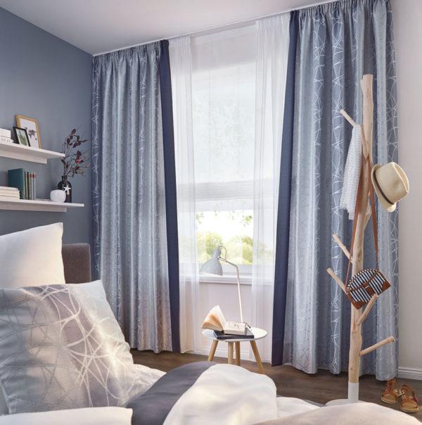 Wer auf einen maritimen Wohnstil steht ist mit blauen Vorhängen gut beraten. Die blauen Dekoschals wirken ruhig und ausgeglichen und harmonieren mit der passend gemischten Wandfarbe.