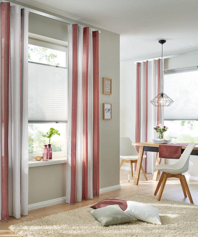 Großzüge Wellen sind bei Dekoschals modern. Auch auf farbigen Wänden wirken Vorhänge wohnlich, wenn man die passenden Farben aussucht.
