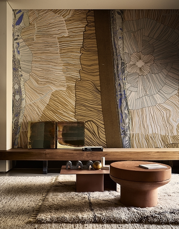 Durch die harmonische Farbgebung wirkt die gesamte Einrichtung wie aus einem Guss. Das zeitlose Muster der Tapete fügt sich nahtlos ein.