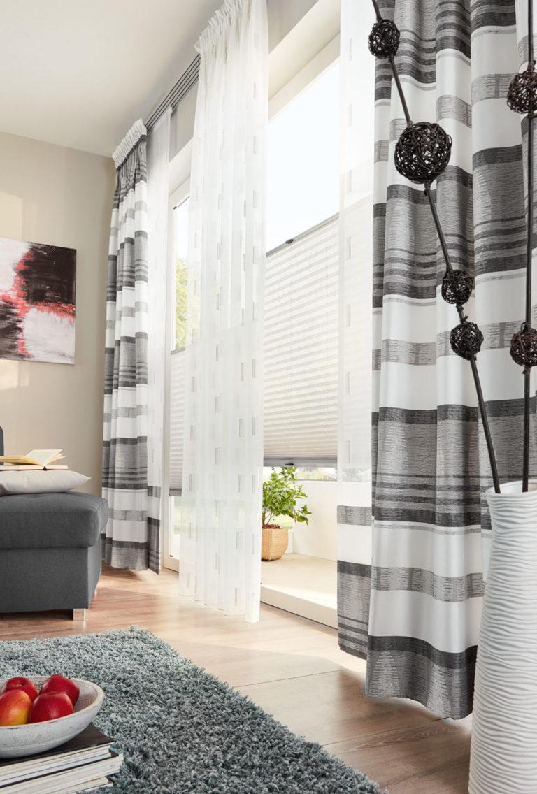 Querstreifen strecken schmale Fenster in die Breite. So wirkt das Fenster größer und der Raum breiter. Hier in modernen Grautönen.