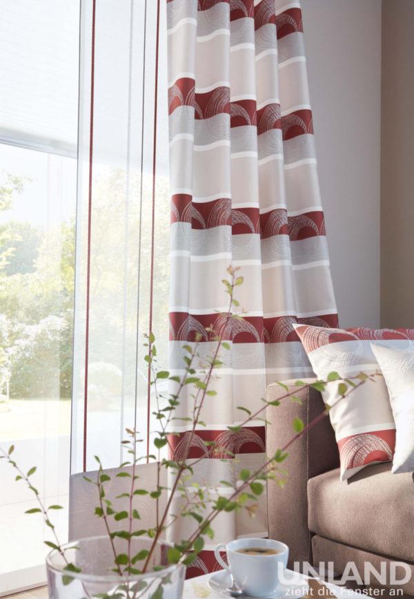 Querstreifen lassen das Fenster optisch breiter wirken. So können hohe Räume gemütlicher wirken oder schmale Fenster breiter. Hier sind dezente Farben mit einem warmen Rot-Ton kombiniert.